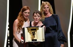 Laetitia Dosch et Léonor Serraille , actrice principale et réalisatrice de Jeune femme, reçoivent la caméra d'or des mains de Sandrine Kiberlain.