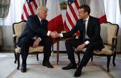 Le président américain Donald Trump et le président français Emmanuel Macron échange une franche poignée de main, le 25 mai 2017 à l'ambassade américaine de Bruxelles.