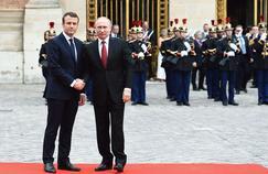 Emmanuel Macron et Vladimir Poutine, lundi à Versailles.