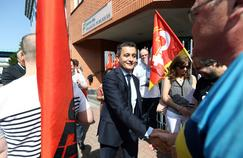 Gérald Darmanin, ministre de l'Action et des Comptes publics, avec des syndicalistes, lundi, au centre des Finances publiques de Lille.