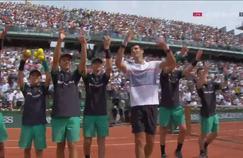 Novak Djokovic vainqueur de Marcel Granollers et célébrant sa victoire