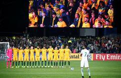 Les joueurs australiens réunis au niveau du rond central ainsi que le numéro 7 saoudien, Salman Al-Faraj