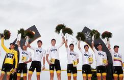 L'équipe Sky fête la victoire de Christopher Froome sur le podium des Champs-Elysées.