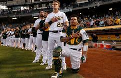Bruce Maxwell, genou à terre, avant une rencontre de MLB des Athletics Oakland contre Seattle, le 25 septembre.