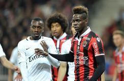 Blaise Matuidi et Mario Balotelli au duel à l'image lors de Nice-PSG en avril 2017