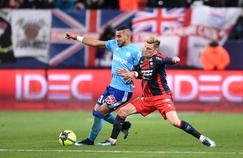 Dimitri Payet à la lutte avec Frederic Guilbert lors de Caen-Marseille en Ligue 1.
