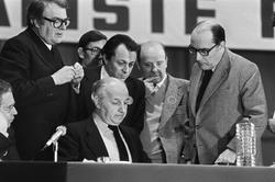 Claude Estier, Michel Rocard et François Mitterrand à un rassemblent du PS en 1979.