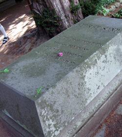 «Je pleure une morte et je salue une immortelle», extrait du discours de Victor Hugo lu par Paul Meurice sur la tombe de George Sand, le 10 juin 1876.