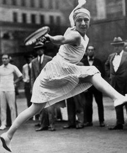 Le retroussé de la jupe de la championne de tennis Suzanne Lenglen, ici en 1926.