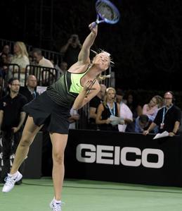 Maria Sharapova en plein service