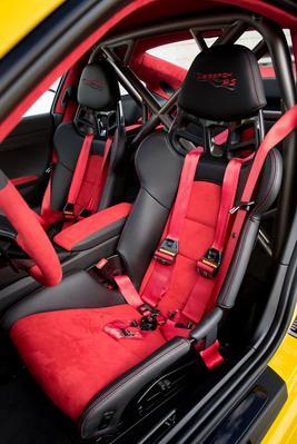 Les sièges baquets et le harnais de sécurité donnent le ton.