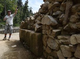 Le «mur gallicus», un épais mur de terre et de pierres, renforcée par une armature de poutres de bois, encadre l'immense terrasse. Crédits photo: AFP
