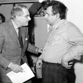 Jean Anouilh et le comédien Michel Galabru lors des répétitions pour la pièce de théâtre «Les Poissons Rouges» le 19 janvier 1970.