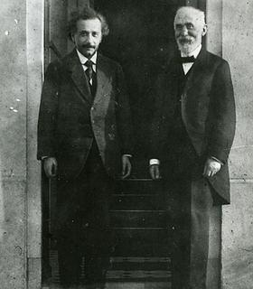 Albert Einstein et Hendrick Antoon Lorentz en 1921. Lorentz , avec ses travaux, a certainement ouvert la voie à la théorie de la relativité restreinte d'Einstein.