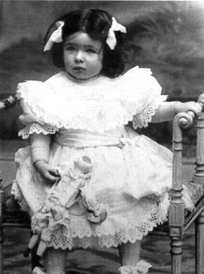 La romancière Marguerite Yourcenar, enfant en 1905.