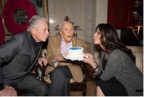 Michael Douglas, Kirk Douglas et Catherine Zeta-Jones, le 9 décembre 2015.