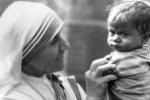 Mère Teresa tenant dans ses bras un petit orphelin de Calcutta.