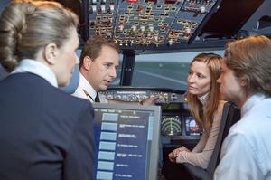 Des pilotes d'Air France expliquent aux voyageurs les spécificités de leur métier. Crédit-photo: Air France.