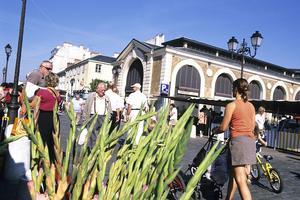 À Versailles (78), le marché couvert fait courir tous les amoureux de bons produits.