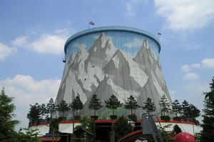 L'ancienne tour aéroréfrigérante abrite désormais un manège. (Crédit: Koetjuh/ wikipédia)