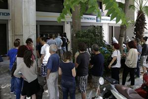 The Greeks massively withdraw their money this weekend.