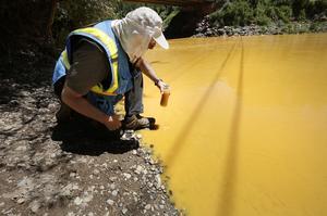 Des prélèvements d'eau ont été effectués afin de mesurer la quantité de polluants rejetée dans la rivière.