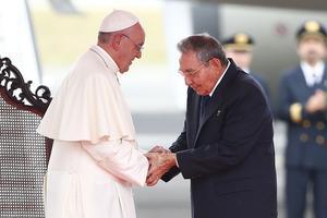 Le souverain pontif a été accueilli par Raul Castro.