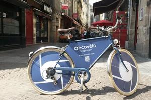 Les vélos possèdent des enjoliveurs publicitaires. ©Ecovélo