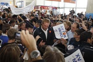 Une dizaine de supporteurs pour accueillir les Bleus à l'aéroport