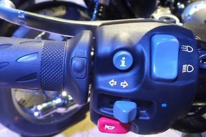 Un minuscule interrupteur, situé à la base du caoutchouc de la poignée, met en marche les poignées chauffantes. L'ergonomie est soignée, tout comme la qualité des matériaux.