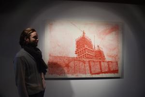 Alexandre Ouairy pose devant son oeuvre.
