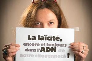 Des parents de la FCPE ont lancé l'initiative de photographier leur slogan autour de la laïcité et de le poster sur Twitter.