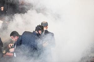 Un policier équipé d'un masque à gaz recherche la bombe lacrymogène dans le parlement