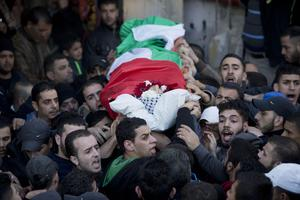 Des Palestiniens portent le corps de Bilal Zayd, 23 ans, qui était originaire du camp de réfugiés de Qalandia, entre Ramallah et Jérusalem.