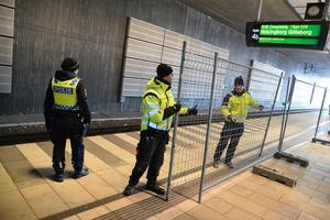 Une clôture de deux mètres de haut a été temporairement érigée dans la gare de Hyllie, dans la ville de Malmö, afin d'éviter le passage de réfugiés vers les trains en évitant le contrôle.