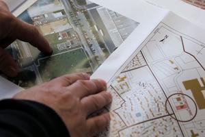 Michel Catalano avec ses plans de construction. Il a prévu d'agrandir le bâtiment et de changer sa configuration intérieure.