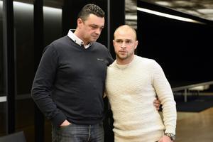 À droite, Jérémy Ganz, aux côtés de Christophe Boisseau, le frère de Frédéric, abattu par les Kouachi. Photo prise le 13 janvier 2015.