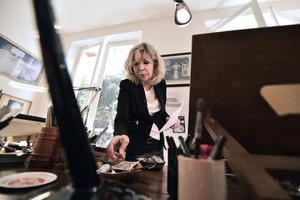 Maryse Wolinski devant le bureau de son époux Georges, en septembre 2015.