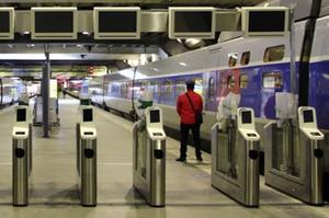 Prototypes de portiques de validation des billets à la gare Montparnasse. Le portique plus élargi est destiné aux personnes en fauteuil roulant.