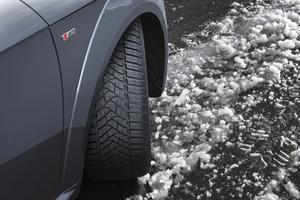 Le pneu hiver, ici un Dunlop Winter Sport 5, se reconnaît aux lamelles qui strient ses pavés de gomme.