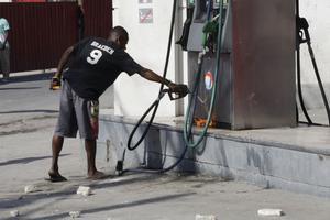 Un homme tente de mettre le feu à une station essence, lundi.