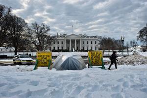 La tente de «Conchita» devant la Maison-Blanche, le 26 janvier. Brendan Smialowski/AFP
