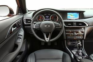 L'intérieur cossu de l'Infiniti est sobre est fonctionnel, évoquant parfois l'ergonomie d'une Mercedes.