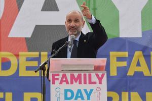 Massimo Gandolfini, leader du comité «We defend our children» et organisateur de ce «Family Day», a fustigé «une société qui devient folle».