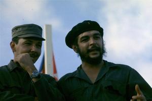 Raul Castro en compagnie de Che Guevara à Mexico en 1964.