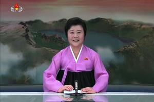 La présentattrice nord-coréenne annonçant le tir de la fusée.