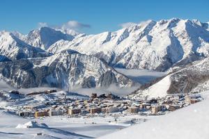 L'Alpe d'Huez, sur un plateau plein sud, à 1860 m d'altitude.