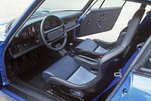 Livrable à partir de fin 1991, la 911 Carrera RS s'allège de plus de 150 kg.