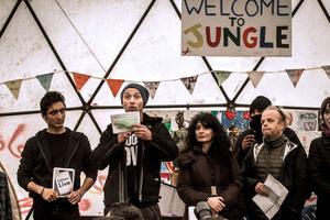 Jude Law sous le dôme du Good Chance Theatre à Calais.
