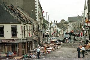 Le 15 août 1998, attentat à la voiture piégée à Omagh (Irlande du Nord).